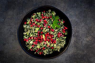 Bulgur-Kräuter-Salat mit Granatapfelkernen - p300m2144029 von Larissa Veronesi