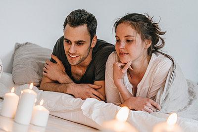 Junges Paar entspannt sich bei Kerzenlicht - p586m1178697 von Kniel Synnatzschke