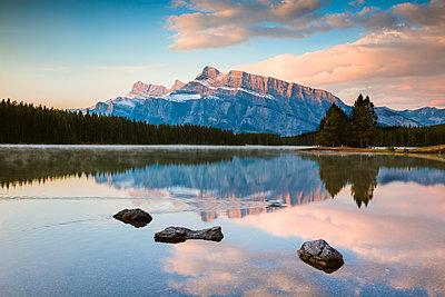 Mt Rundle at sunrise, Two Jack lake, Banff National Park, Alberta, Canada - p651m2033385 by Matteo Colombo photography