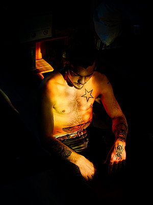 Bare-chested man with Tattoos - p1267m2278543 by Jörg Meier