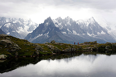 People walking in alpine landscape - p388m701593 by Leyens