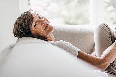 Mature woman relaxing on sofa - p586m1178462 by Kniel Synnatzschke