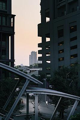 Abendlicher Spaziergang entlang des Skytrain mit Parkhaus im Hintergrund - p728m1562159 von Peter Nitsch