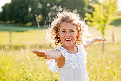 Mädchen in der Natur - p796m2093114 von Andrea Gottowik