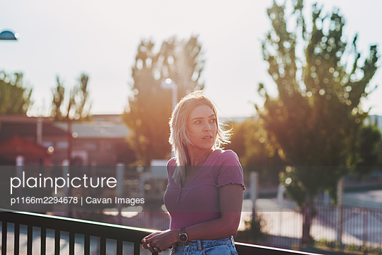 Portrait of a blonde girl enjoying the sunset. - p1166m2294678 by Cavan Images