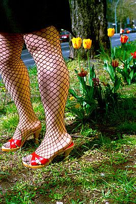 Netzstrümpfe und Blumen - p1210m1564775 von Ono Ludwig