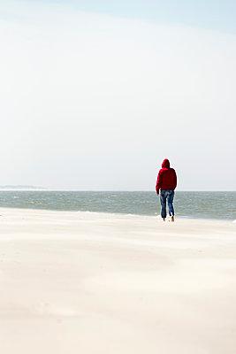 Spaziergänger am Strand - p1574m2183640 von manuela deigert