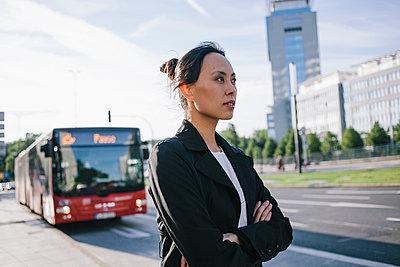 Bus stop - p586m963063 by Kniel Synnatzschke