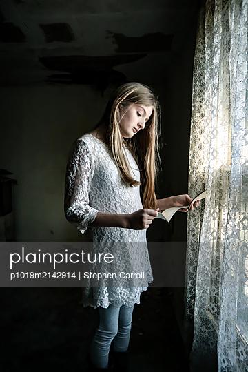 Mädchen liest einen Brief - p1019m2142914 von Stephen Carroll