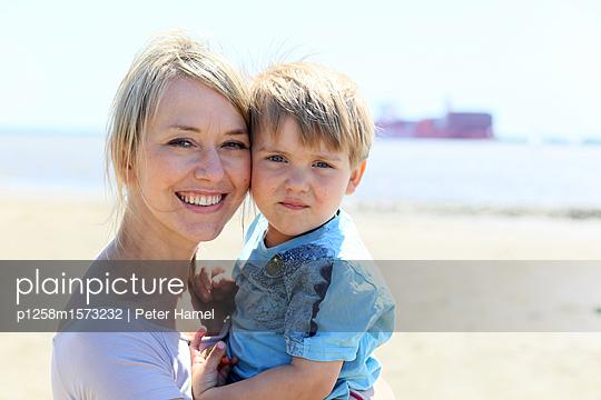 Mutter mit Sohn am Strand - p1258m1573232 von Peter Hamel