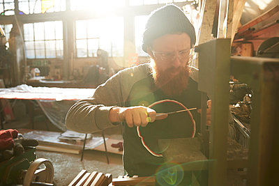 Man making knives in a workshop - p300m2144405 by Pete Muller