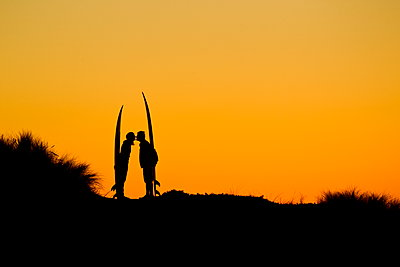 Couple kissing a sunset - p343m1443439 by Fred Pompermayer