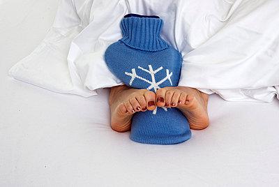Woman lying in bed - p3790396 by Scheller