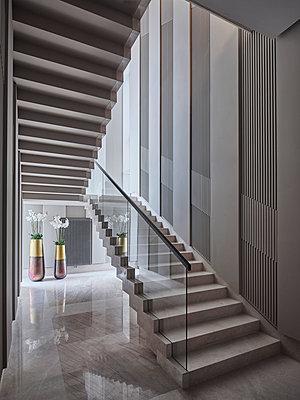 Modernes Treppenhaus in einer Villa - p390m2263709 von Frank Herfort