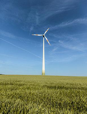 Windrad vor blauem Himmel - p552m1045127 von Leander Hopf