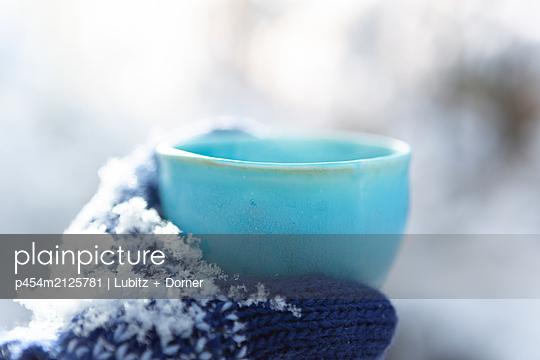Cold winter, hot beverage - p454m2125781 by Lubitz + Dorner