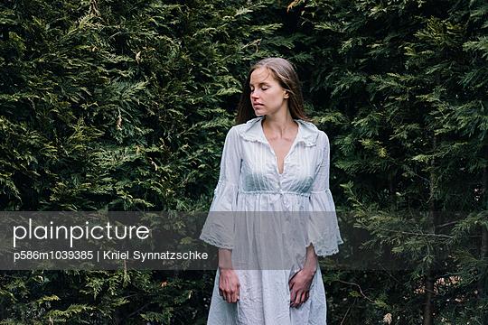 Junge Frau in einem Labyrinth - p586m1039385 von Kniel Synnatzschke