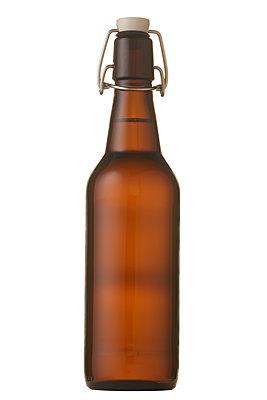 Beer bottle against white background - p556m2209357 by Wehner