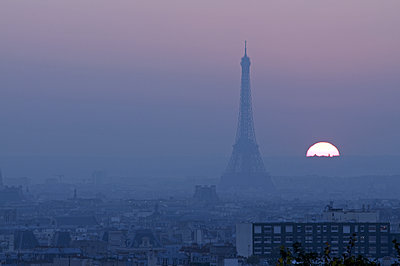 The sun disappears behind the Eiffel Tower - p589m1171114 by Thierry Beauvir