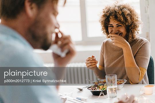 Colleagues joking at lunch break, eating healthy food - p300m2012773 von Kniel Synnatzschke