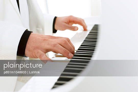 Pianist plays the piano - p851m1048603 by Lohfink