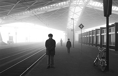 People on a railway station in the fog - p1231m1055611 by Iris Loonen