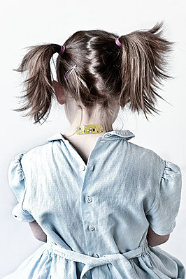 Rear view of little girl with pigtails - p1413m2064788 by Pupa Neumann