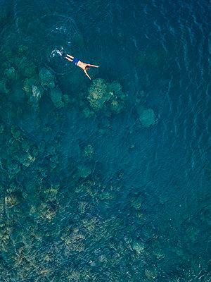 Man snorkeling in ocean - p300m2080969 by Konstantin Trubavin