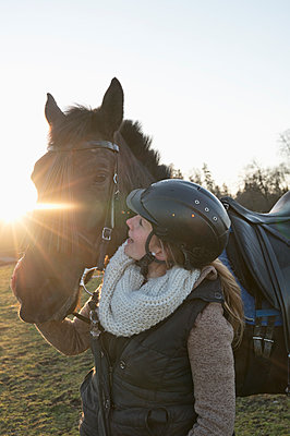 Young woman with horse at backlight - p300m2113964 by Claudia Rehm