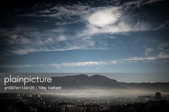 Mist on the city - p1007m1134120 by Tilby Vattard