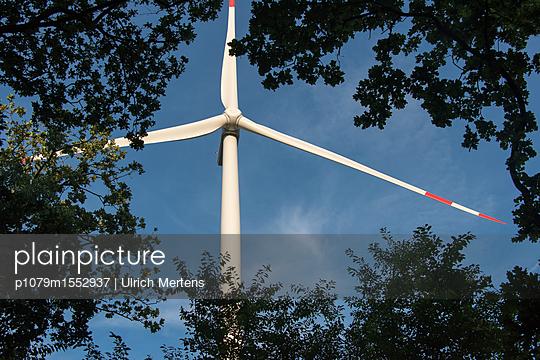 Windkraftrotor mit Buschwald - p1079m1552937 von Ulrich Mertens