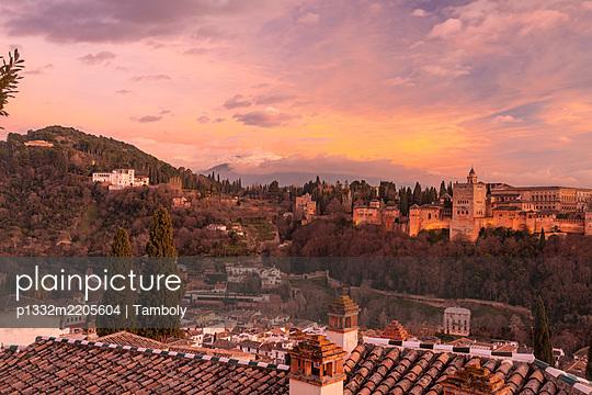 Spanien, Granada, Blick auf den Alhambra Palast mit Sierra Nevada im Hintergrund - p1332m2205604 von Tamboly