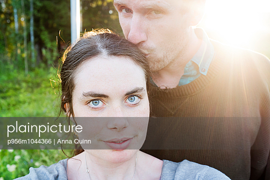 Young couple in nature - p956m1044366 by Anna Quinn