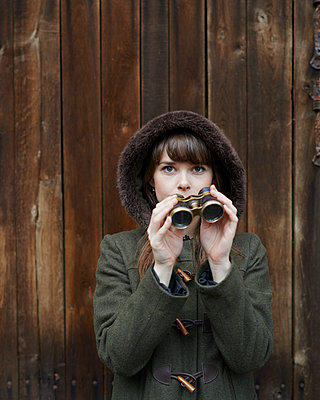 Woman with binoculars - p1124m931762 by Willing-Holtz