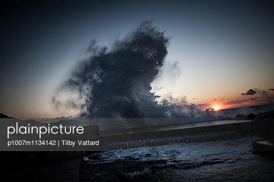 Wave splashing at sunset - p1007m1134142 by Tilby Vattard