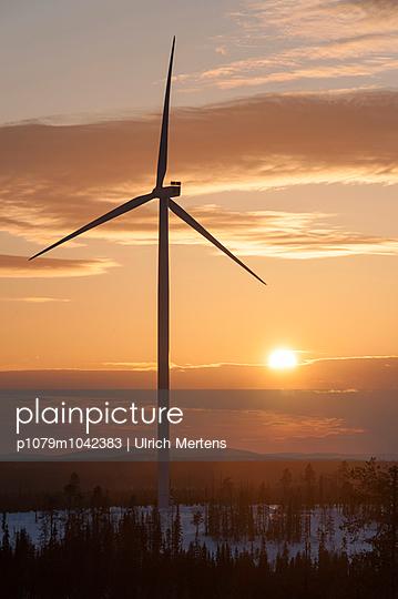 Windkraftanlage bei Sonnenuntergang - p1079m1042383 von Ulrich Mertens