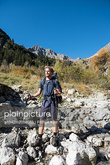 Junger Wanderer macht Pause  - p1142m2056589 von Runar Lind