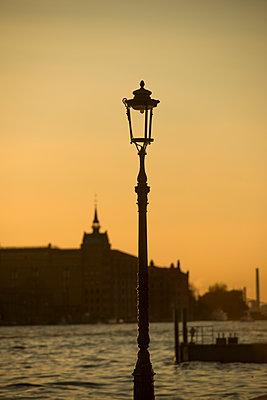 Alte Laterne in Abenddämmerung mit Hilton Molino Stucky im Hintergrund, Venedig II - p1493m1584740 von Alexander Mertsch