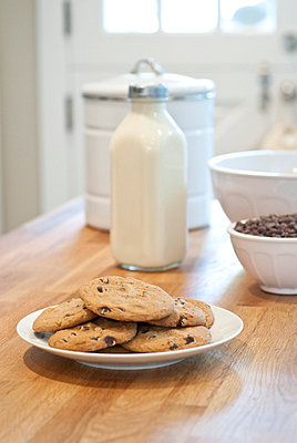 Chocolate chip cookies and milk on kitchen counter, Vancouver, British Columbia, Canada - p6070617 by Jackie Connelly