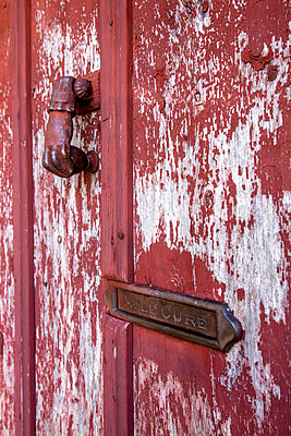 Rusty door knocker and mailbox - p813m1131953 by B.Jaubert