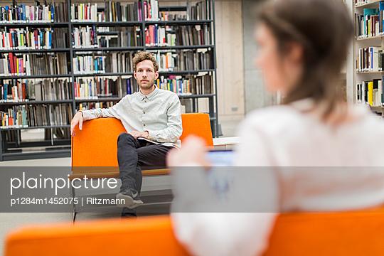 Studierende machen Pause in Bibliothek - p1284m1452075 von Ritzmann