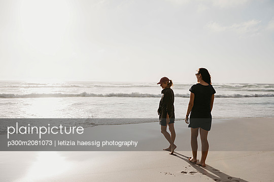 South Africa, Western Cape, Noordhoek Beach, two young women strolling on the beach - p300m2081073 by letizia haessig photography
