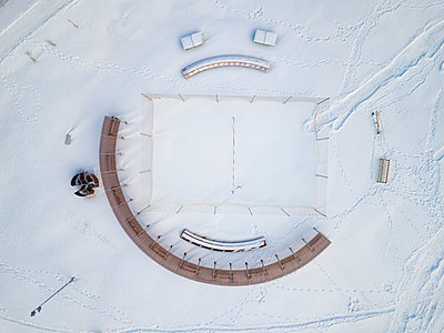 Russia, Leningrad Oblast, Tikhvin, Aerial view of empty snow-covered volleyball court - p300m2167384 by Konstantin Trubavin