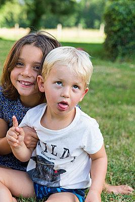 Two children sitting in park - p756m1464802 by Bénédicte Lassalle