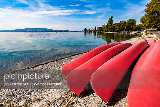 Germany, Constance district, Reichenau Island, lakeshore with Canadian canoes - p300m1587410 von Werner Dieterich