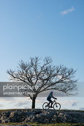 Silhouette of cyclist - p312m2118667 by Johner