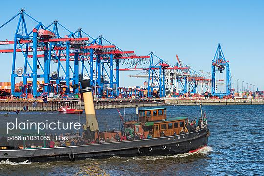 Harbour of Hamburg - p488m1031055 by Bias