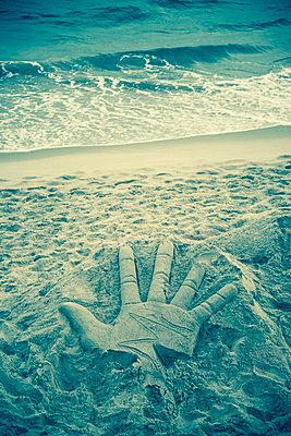 Hand Skulptur aus Sand - p1170m1111624 von Bjanka Kadic