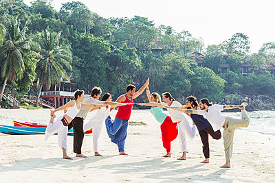 Thailand, Koh Phangan, group of people doing yoga on a beach - p300m1568322 by Mosuno Media