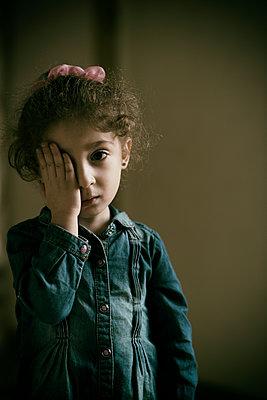 Sad girl hand over eye  - p794m2031106 by Mohamad Itani